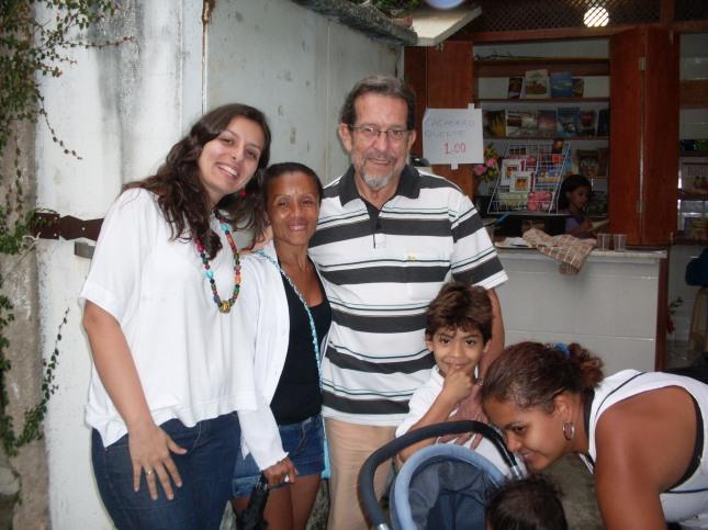 A assitente social Raquel Lemes e integrantes da igreja