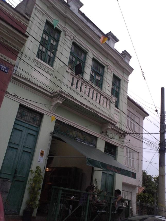 Nas fachadas das casas, bandeiras de luto