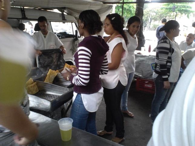 Pastéis e caldo de cana vendidos a R$2,00 cada