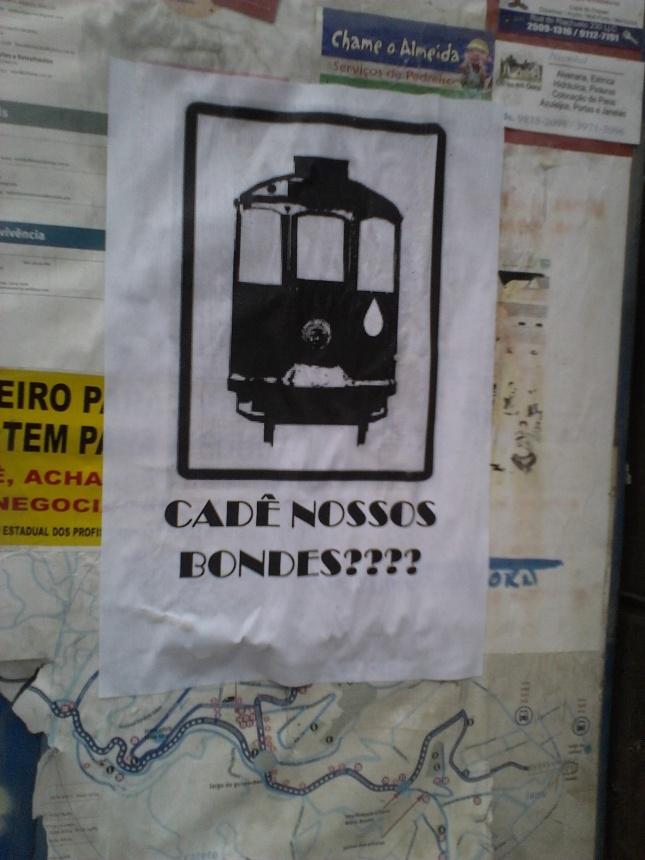 Por todo o bairro, cartazes pedem a volta do bonde